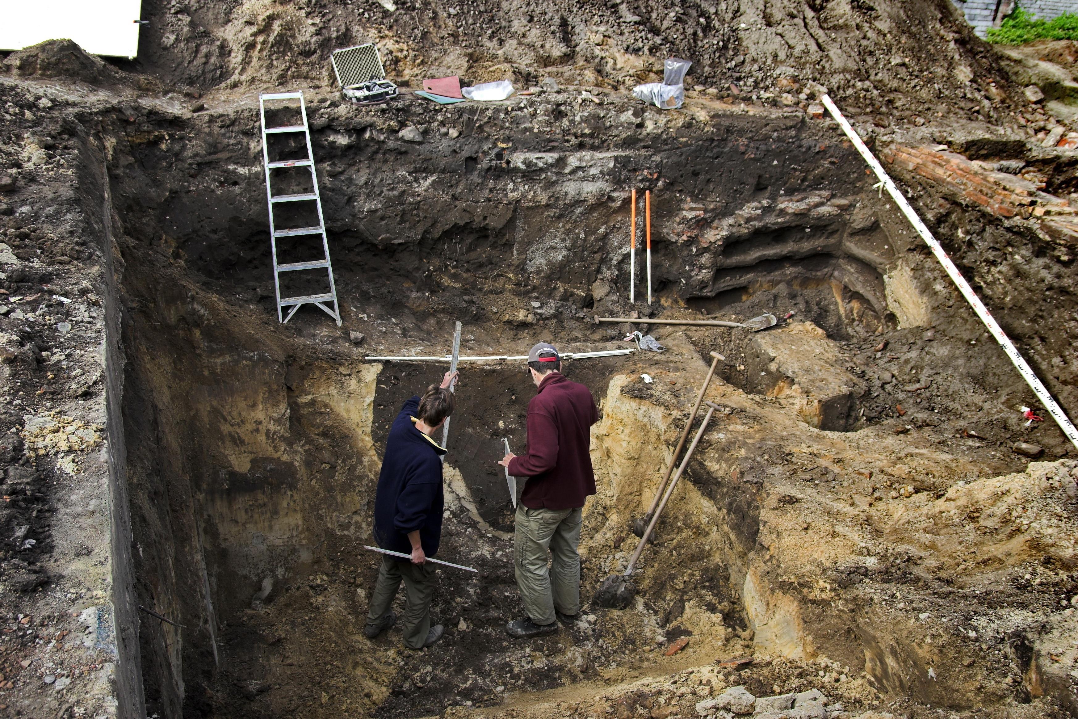 Opgraving Achter de Kamp - Archeologen documenteren een waterput