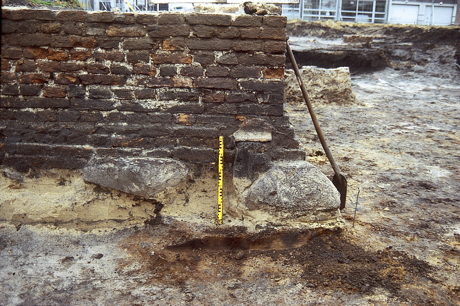 Opgraving Mooierplein: fundering met veldkeien