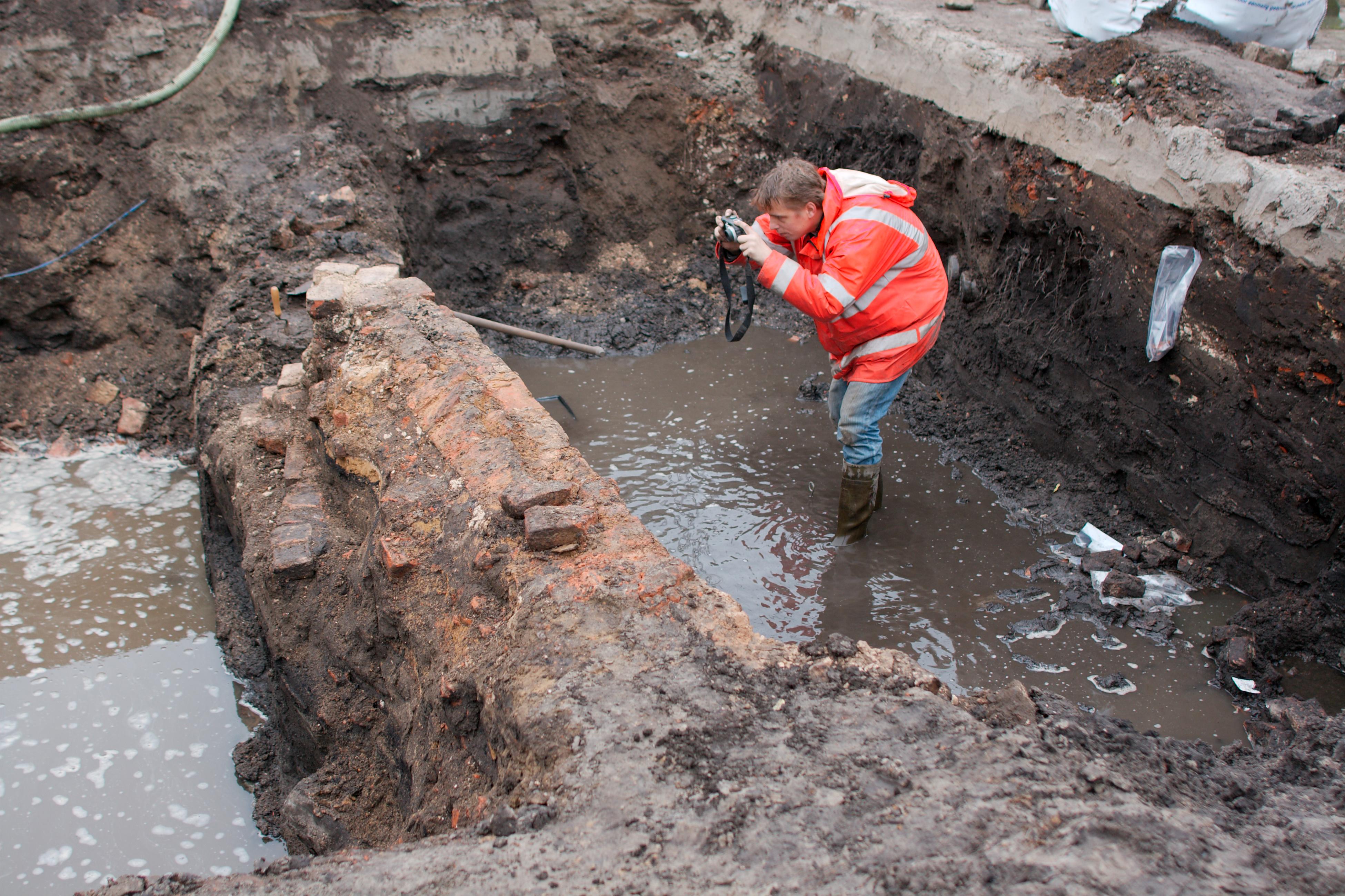 Opgraving Appelmarkt - Laarzen zijn geen overbodige luxe
