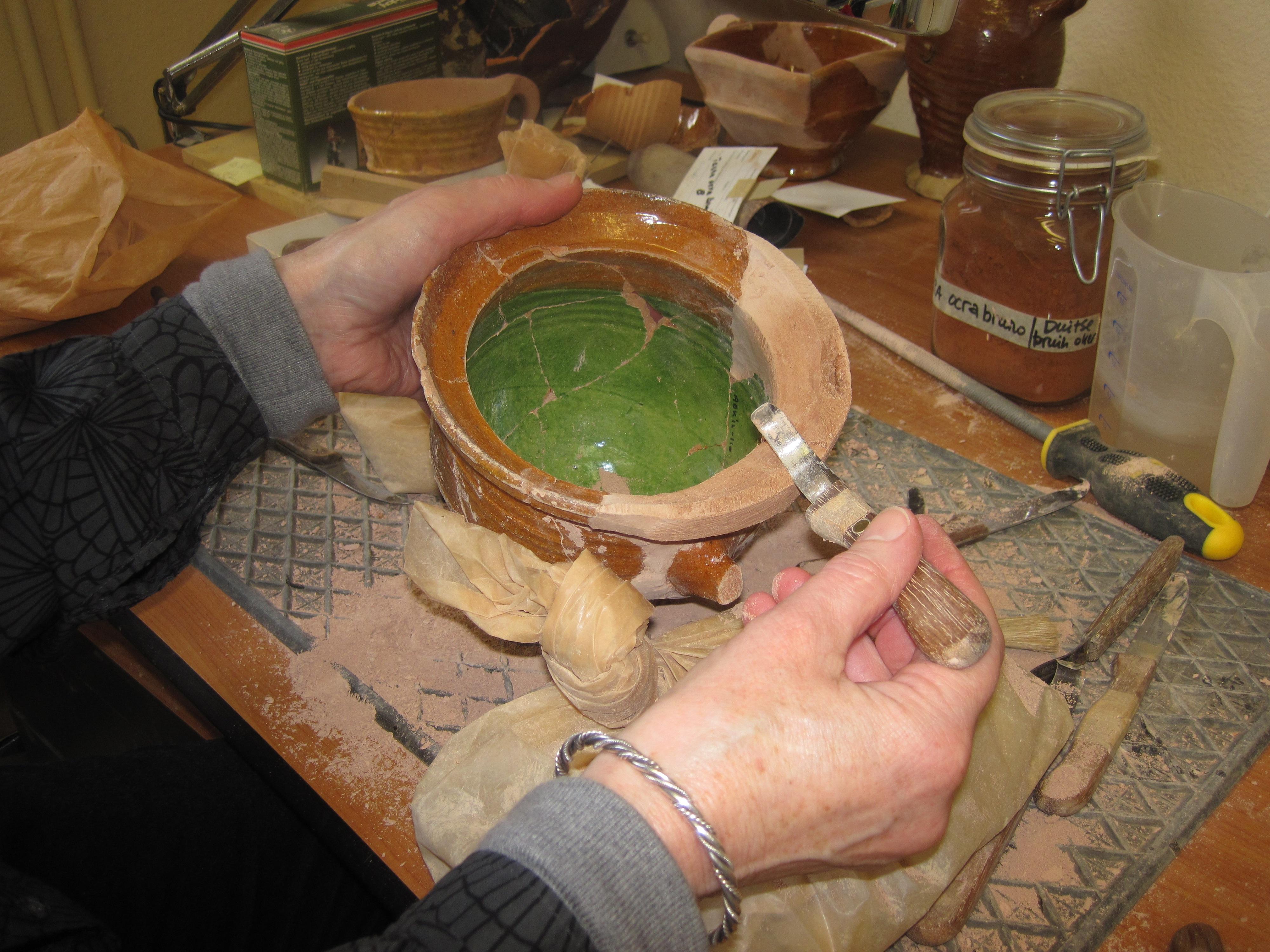 Het restaureren van aardewerk