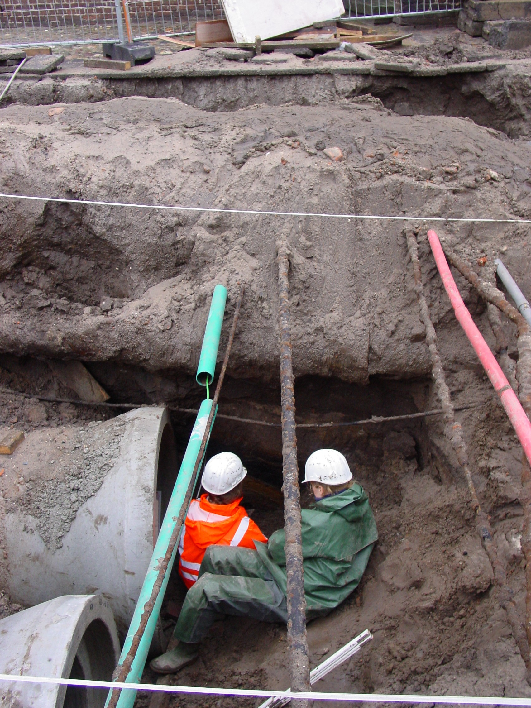 Archeologen onderzoeken sporen tussen de kabels en leidingen