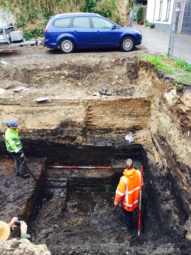 Opgraving Stovestraat - Valkestraat - Archeologen bestuderen funderingen