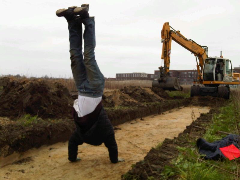 Archeologen bekijken sporen vanaf alle kanten....