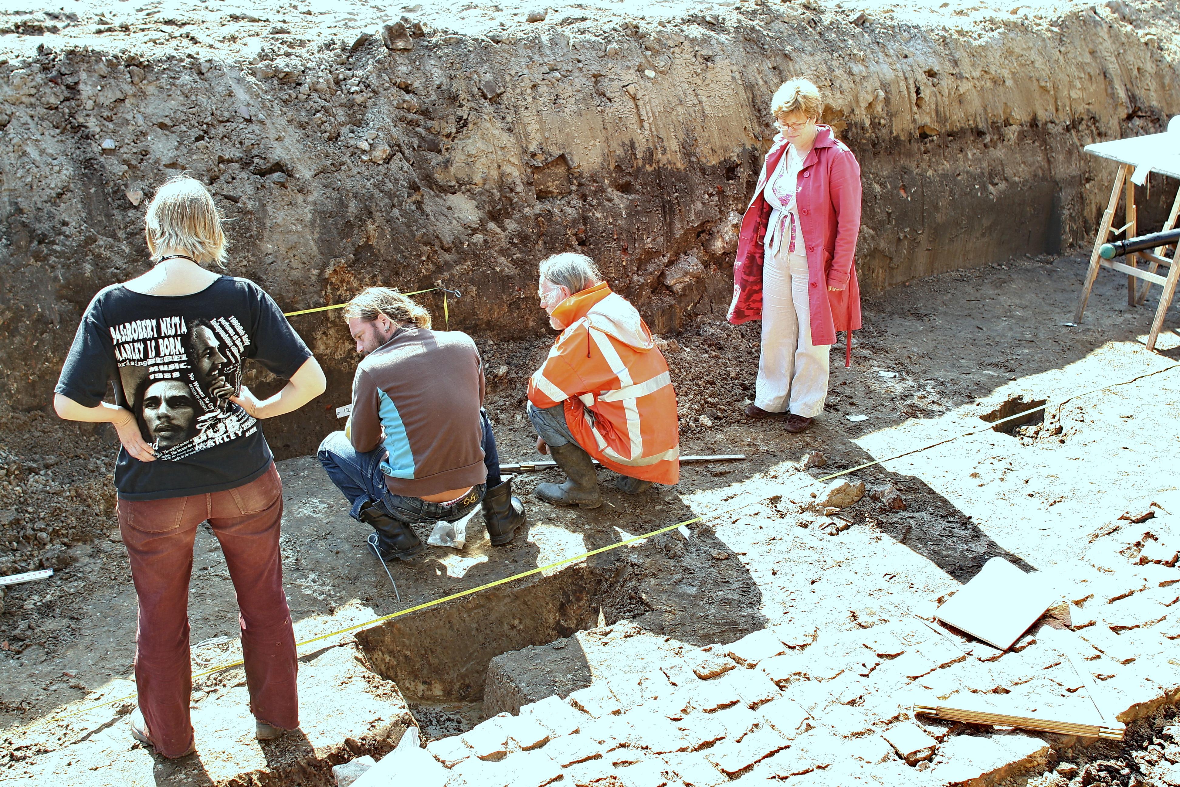 Archeologen bestuderen een profiel