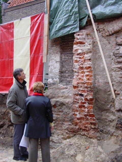 Bouwput Krankeledenstraat - De eerste stadsmuur is zichtbaar