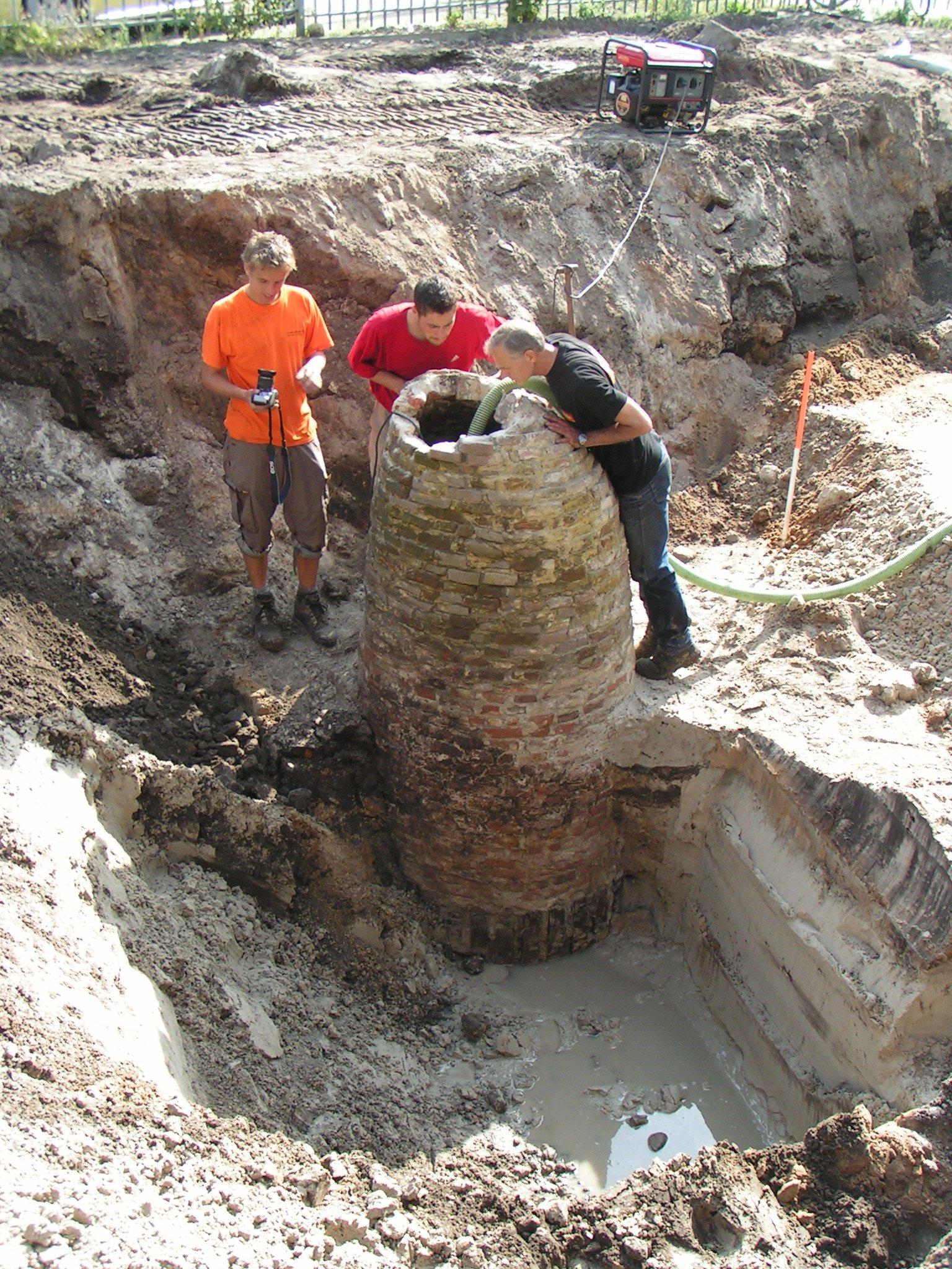 Opgraving Achter de Kamp - bakstenenwaterput met houten stellatjes onderin