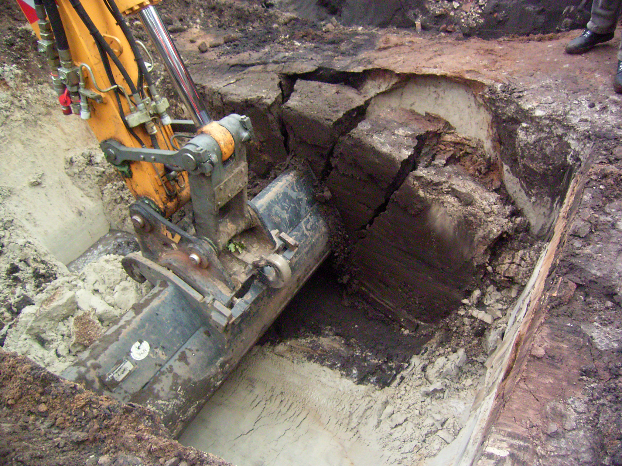 Uitgraven van een diep spoor met de graafmachine