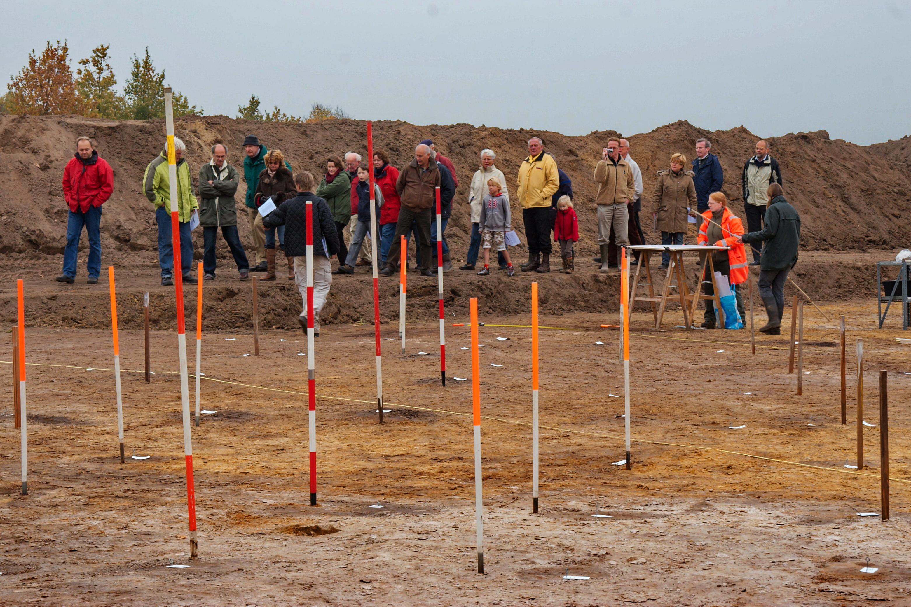 Opgraving Schammer, Leusden - Open dag. De palen van de plattegrond van een boerderij zijn gemarkeerd