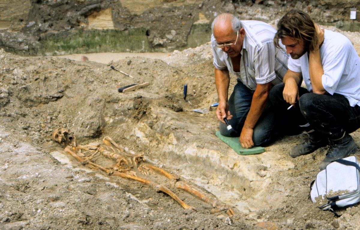 Opgraving Stadhuisplein - Archeologen onderzoeken een graf