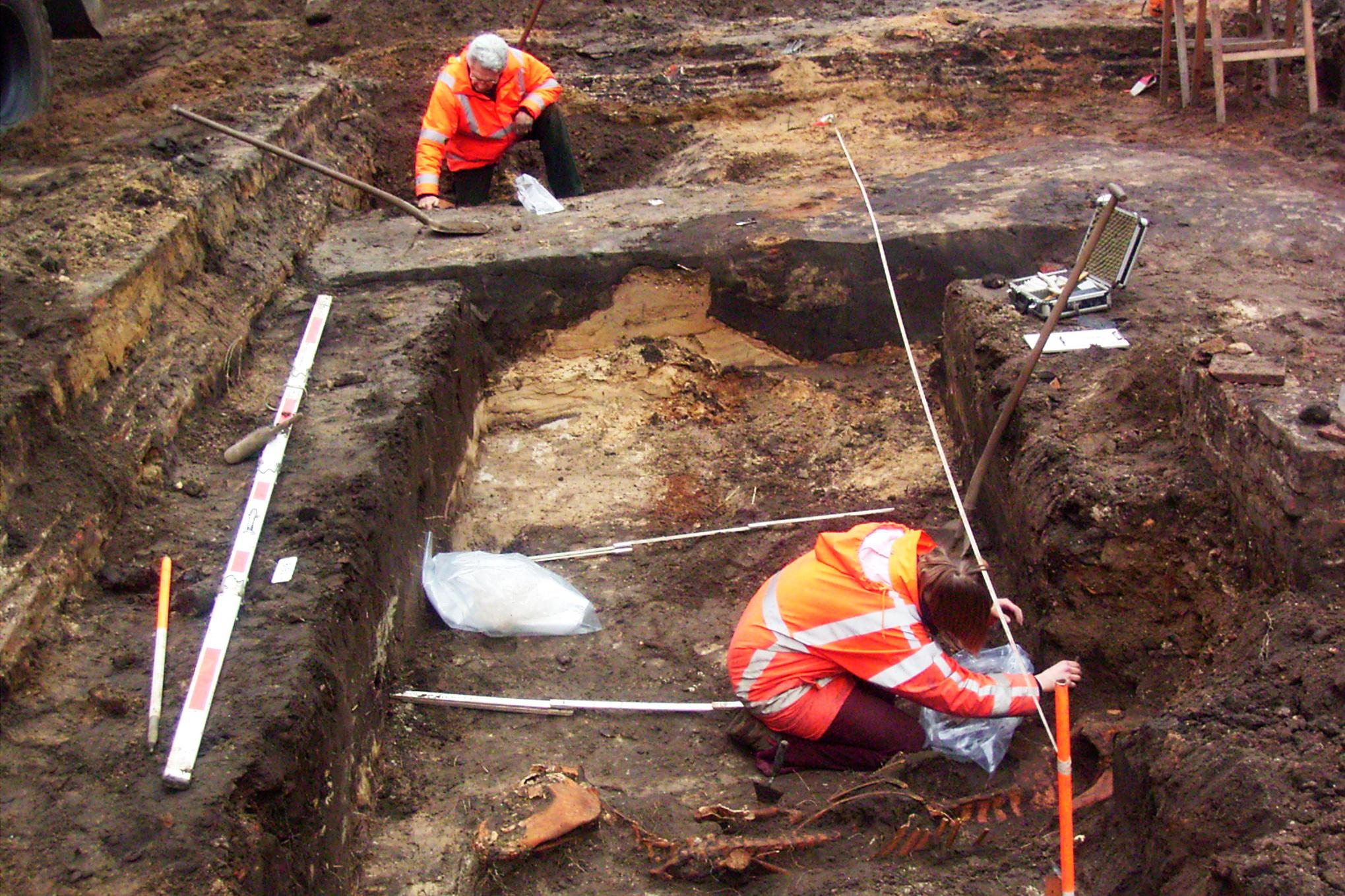 Opgraving Westsingel / Hellestraat - Op de voorgrond het graf van een paard